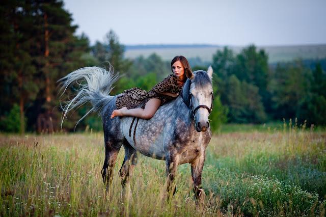 Брюнетка и лошадь