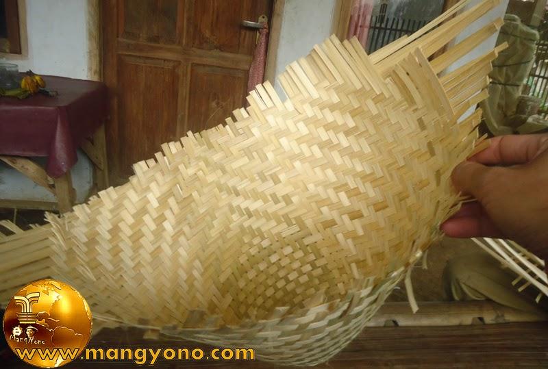Ini anyaman Aseupan dari bambu dilihat dari dalam, bagian atas aseupan belum di wengku atau di lepek