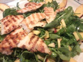 insalata di petto di pollo grigliato,misticanza e pesche