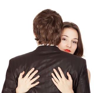 أسباب وحجج مقنعة للهروب من العلاقة الحميمية !!!! - امرأة تحتضن رجل - woman hug man