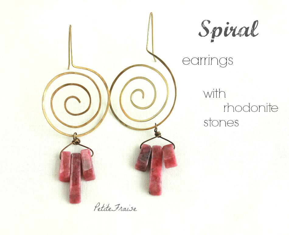 Orecchini spirale ottone con pietre dure rosa, gioielli etnici fatti a mano by PetiteFraise