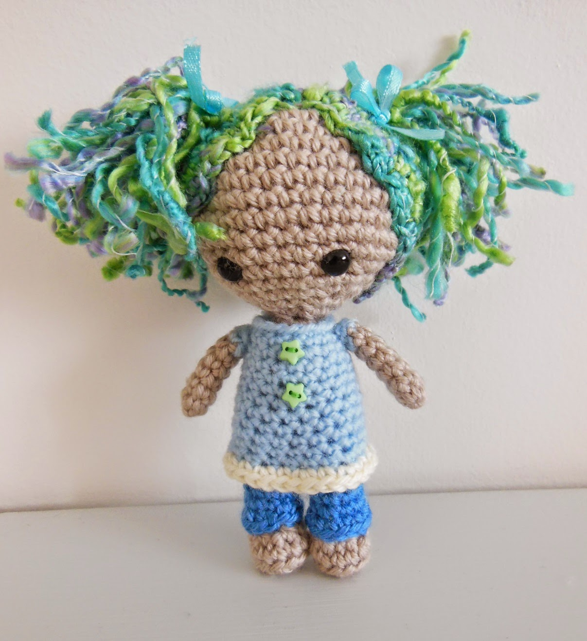 http://knotart.wordpress.com/2014/07/16/new-free-pattern-dollydoll/
