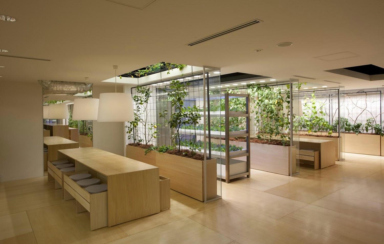 las mesas decoradas con plantas