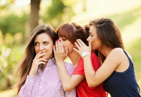 كيف تتصرفين مع من ينمون عليك ويتكلمون عليك خلف ظهرك - woman girl gossip tell secret
