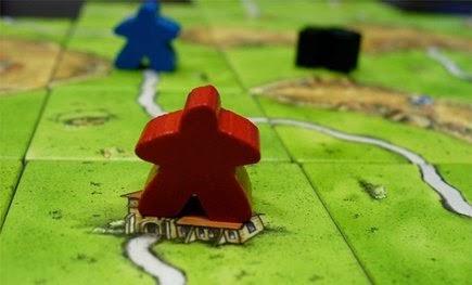 Monje de Carcassonne observando a un ladrón y un campesino a lo lejos