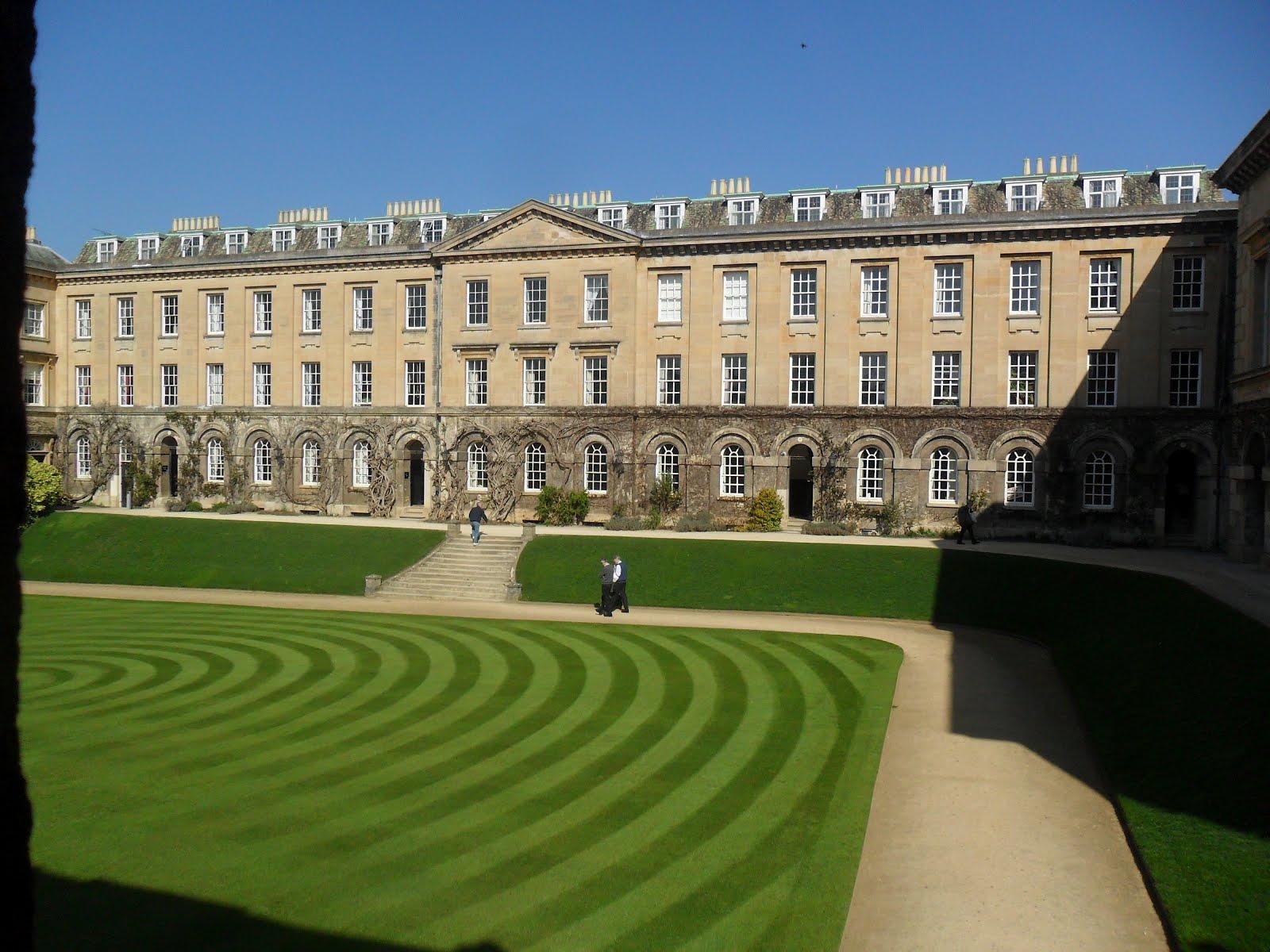 Worcester College Gardeners Round In Circles