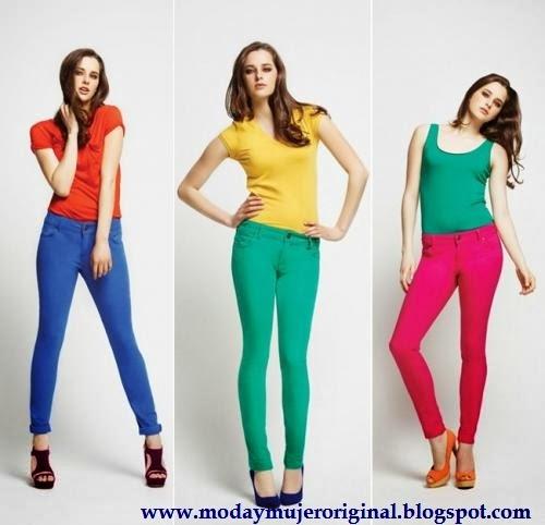 pantalones de colores vivos al grito de la moda