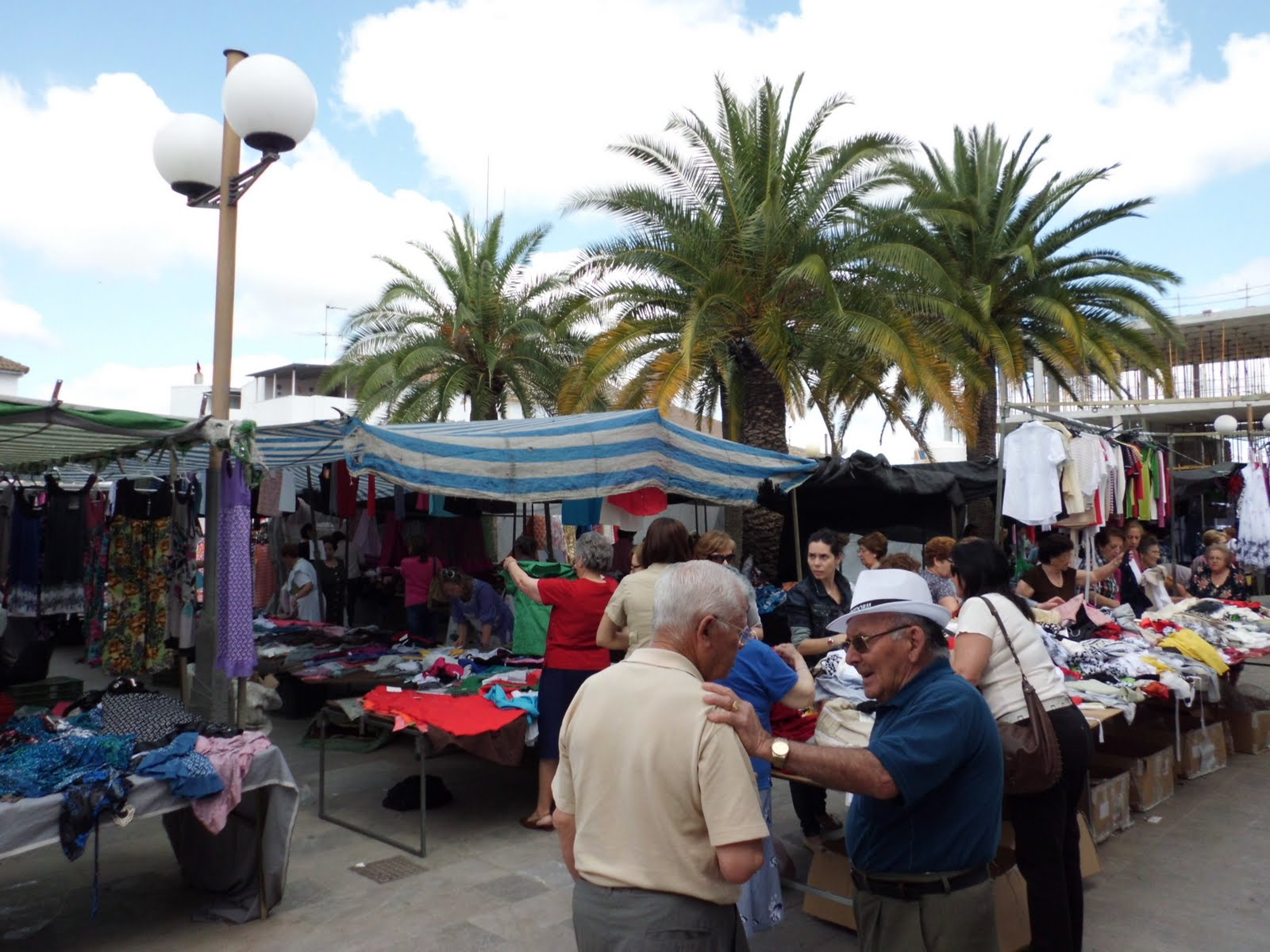 Fotografiando martes dia de mercado en nueva carteya - Tenderos de ropa ...