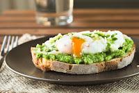 Crostini-con-guisantes-y-huevo-escalfado