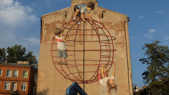 After his successful exhibition in Lisbon, Portugal with Underdogs, Ernest Zacharevic is now in Poland where he just finished working on a brand new mural somwehre on the streets of Warsaw.