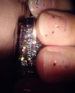 Tüm parmaklarımı çekince ojenin rengi belli olmuyordu resimde :)