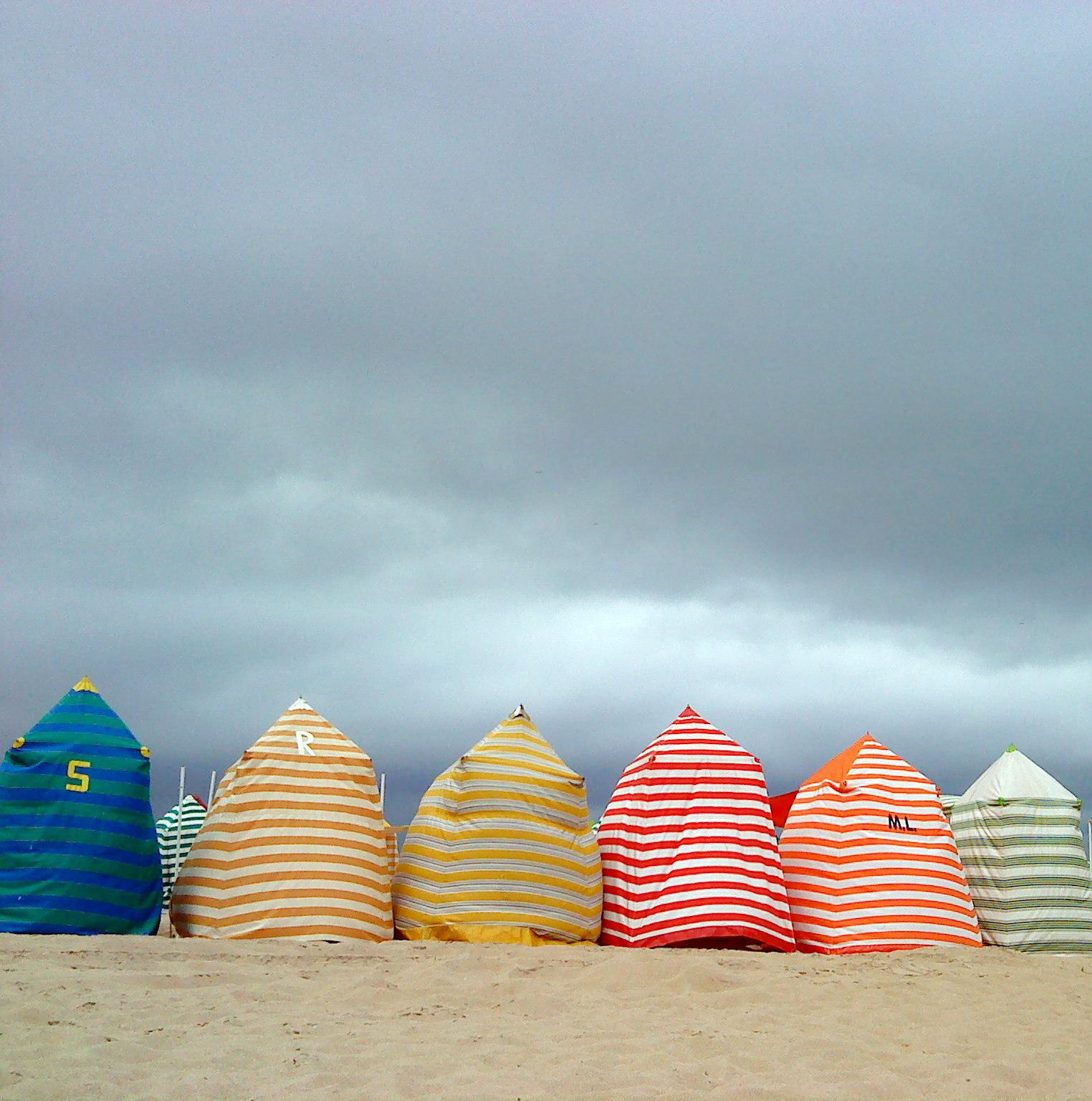 Con encanto hoy me encanta casetas en la playa for Casetas de resina para jardin