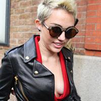 Chụp lén Miley Cyrus thả rông ngực táo bạo