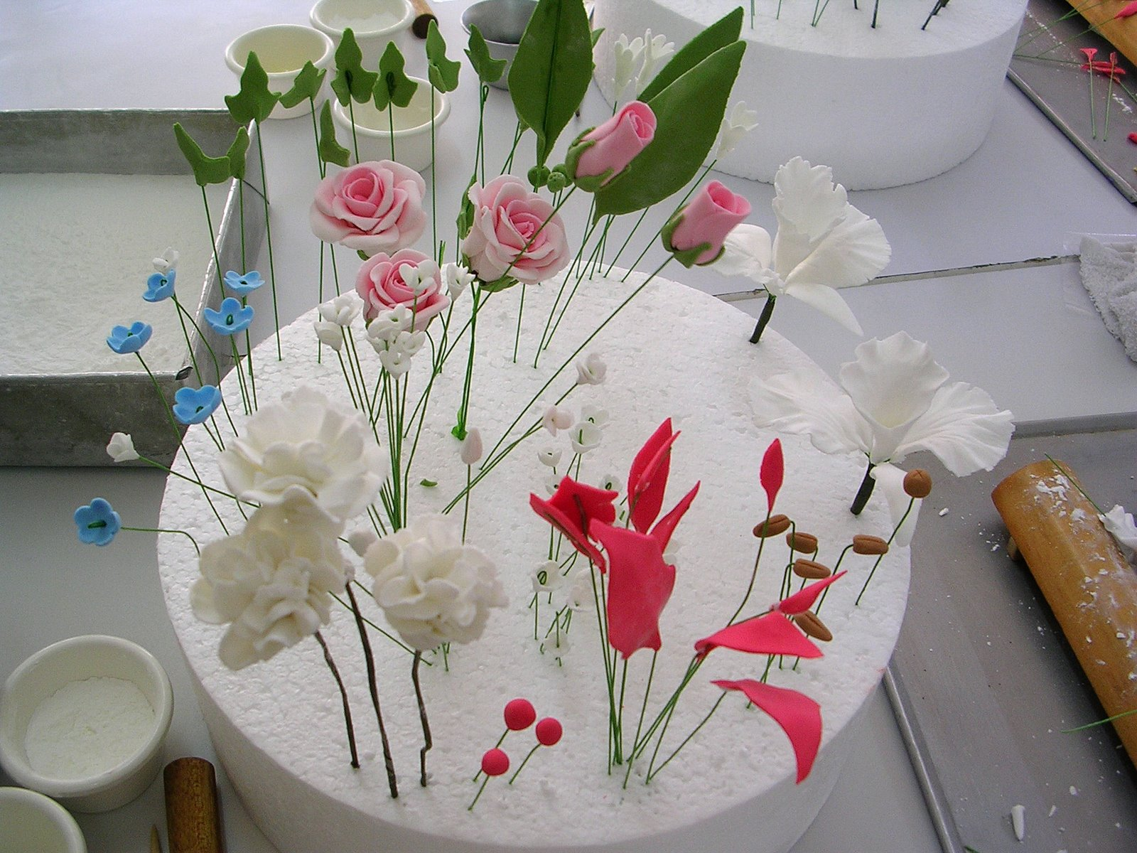 Craft pastry gumpaste flowers 1 2 3 gum paste flowers creatividades latinas shows you how to make hydrangeas mums and sweet peasese are so realistic that people wont believe they are izmirmasajfo