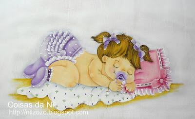 """""""fralda pintada com menina de calcinha de babados lilas e chupeta"""""""