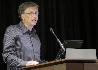 """Foto: Reuters/ Referencial Bill Gates calificó como un error la decisión de usar las teclas Ctrl+Alt+Del como el comando para desbloquear una computadora personal, cambiar de usuario o acceder al administrador de tareas. El comando fue originalmente diseñado para reiniciar la computadora y sobrevivió en el sistema operativo Windows 8 y todavía es usado para iniciar una sesión. En una entrevista, el cofundador de Microsoft culpó a IBM por el comando. Aseguró que él hubiese preferido una sola tecla. """"Pudimos haber tenido un solo botón, pero el hombre que hizo los teclados de IBM no nos quiso dar un solo"""