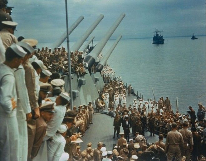 20 Shocking Pictures Of Hiroshima, The First City In History To Be Destroyed By An Atomic Bomb - Soldiers and sailors on the USS Missouri watching the formal surrender of Japan in Tokyo Bay on September 2, 1945.