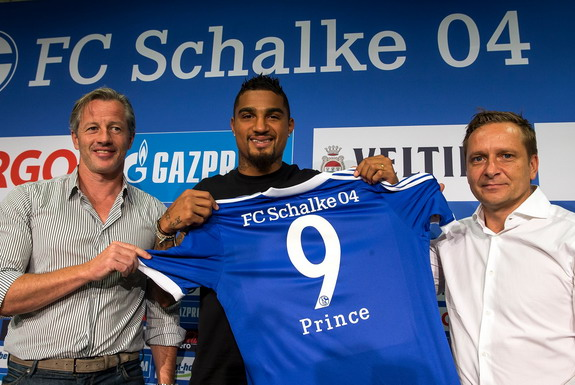 Kevin-Prince Boateng poses with Schalke coach Jens Keller and Sporting Director Horst Heldt