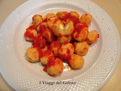 ricette estive ... gnocchi ripieni con salsa di pomodoro fresco ...