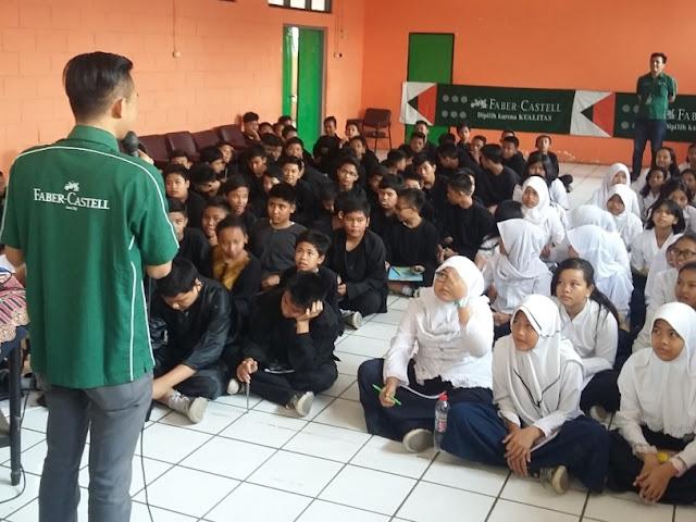 Suasana School Visit Menulis Faber Castel di SMP YWKA Bandung