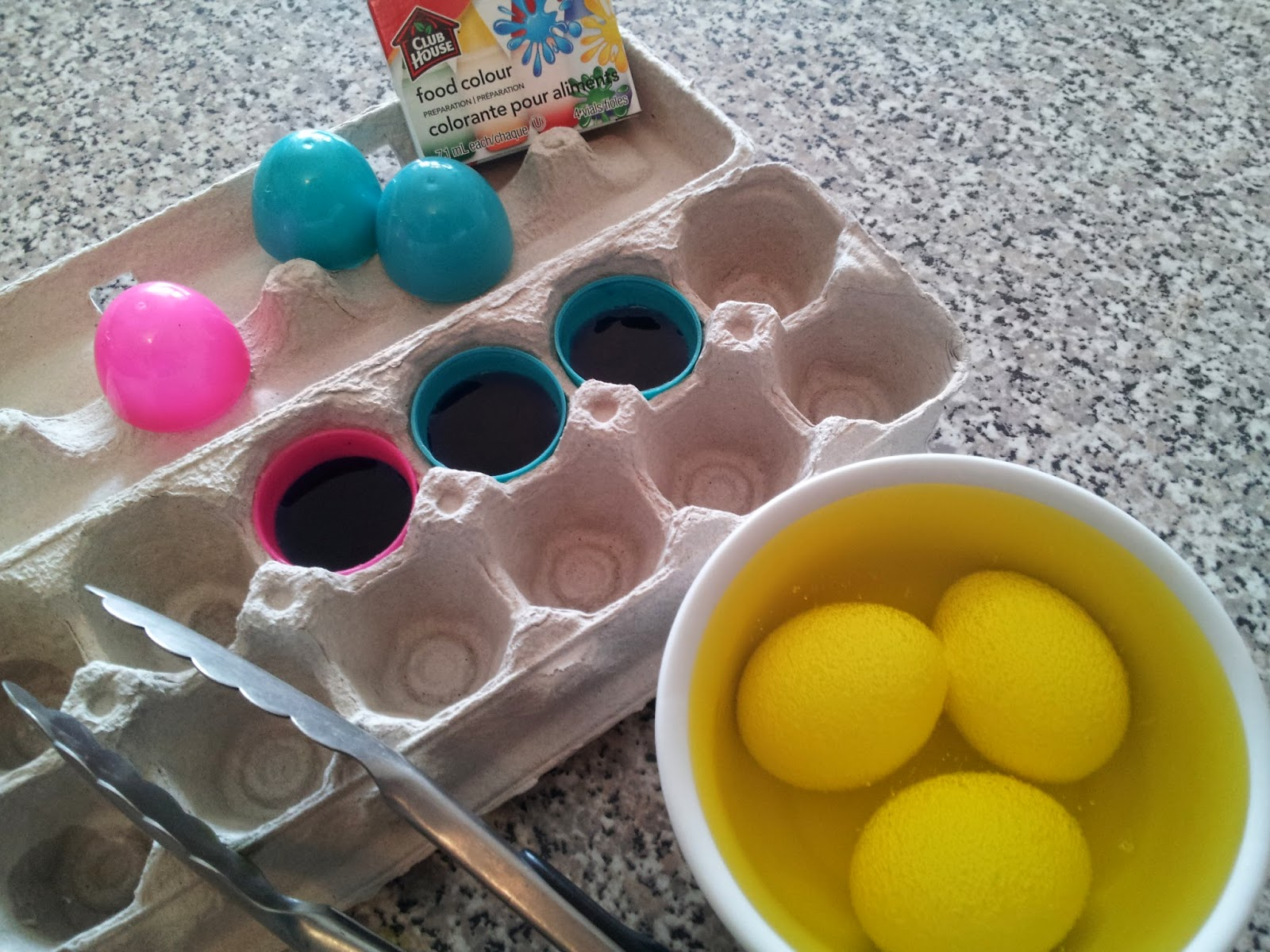 Making Minion Easter Eggs, Despicable Me, colouring eggs
