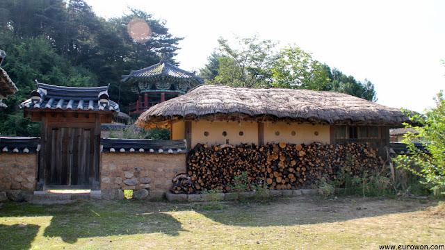 Almacén de leña y pabellón tradicional coreano