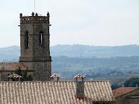 El campanar, d'estructura quadrada, de l'església parroquial de Santa Maria d'Olvan