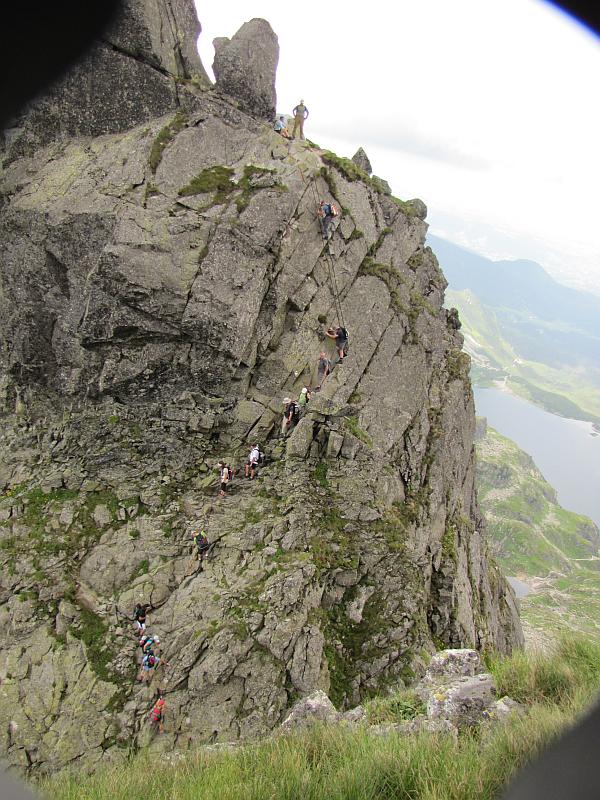 Drabinka na Zamarłej Turni widoczna ze szlaku na Kozich Czubach.