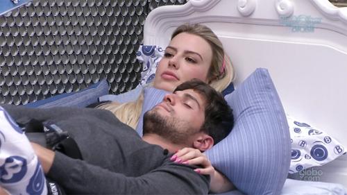 Fernanda e André dividem a mesma cama no BBB13 (Reprodução/ TV Globo)