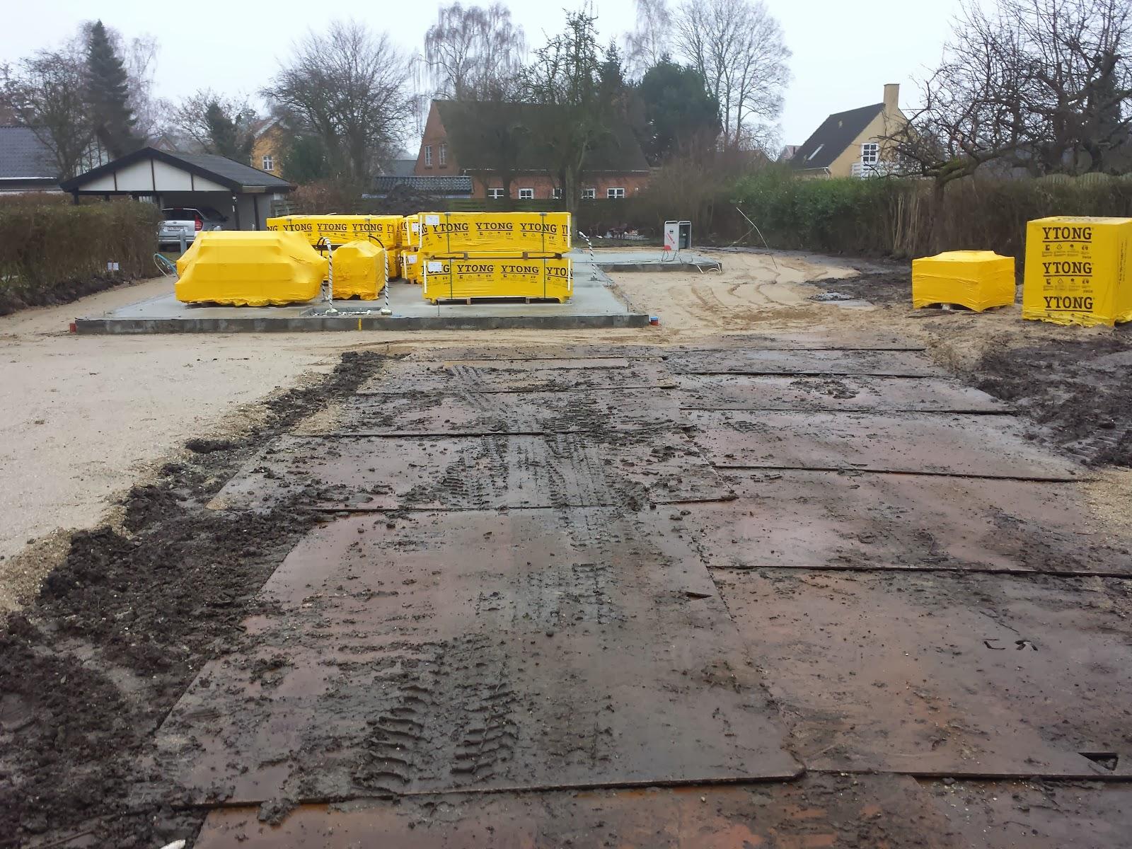 Stabilgrus, køreplader og fundament på Huscompagniets byggeplads