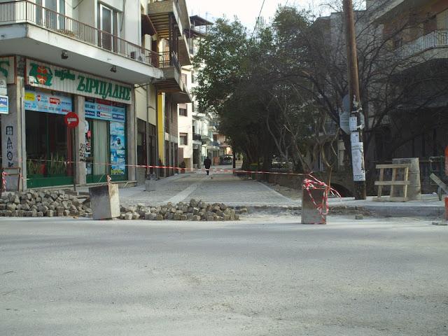 Αντί να ασφαλτοστρώσουν, χτίζουν δρόμους με τσιμέντο