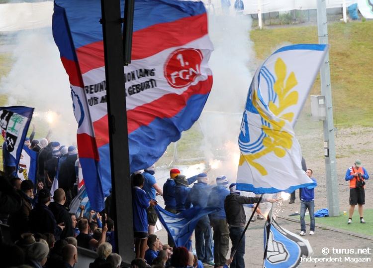 Le Mouvement en Allemagne . - Page 8 Schalke_ultras_pyro-support_gegen_chemie_leipzig_20130908_1364813697