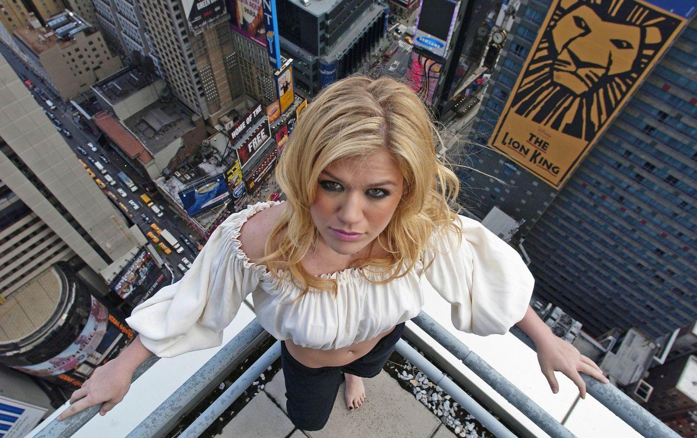 http://4.bp.blogspot.com/-5NZOUE3gqqE/TlDgwL9p2jI/AAAAAAAAABM/d_T8K_X4NDA/s1600/Kelly-Clarkson-life-style-2011-american-singer-and-actress-14.jpg