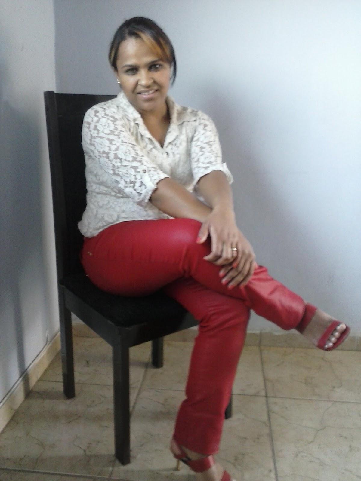 calça encerada vermelha + camisete branca + sandálias vermelhas femininas