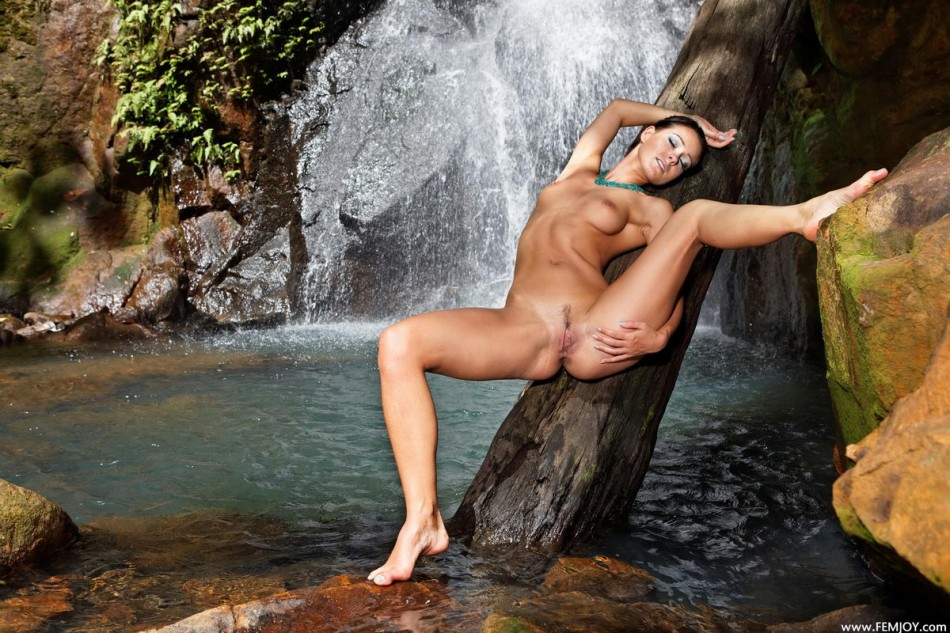 obnazhennie-u-vodopada-seks