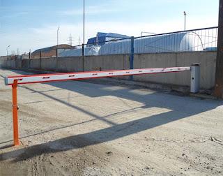 Автоматический шлагбаум перекрывает проезд до 8 м.