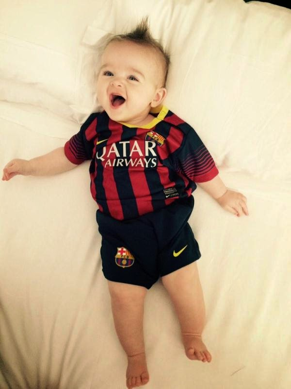 Gambar bayi lucu pakai baju seragam sepak bola bercelona