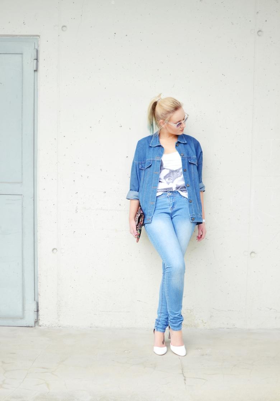 Outfit_Jeans_und_Jeansjacke_Denim_on_Denim_weiße_Heels_Top_Sonnenbrille_ViktoriaSarina