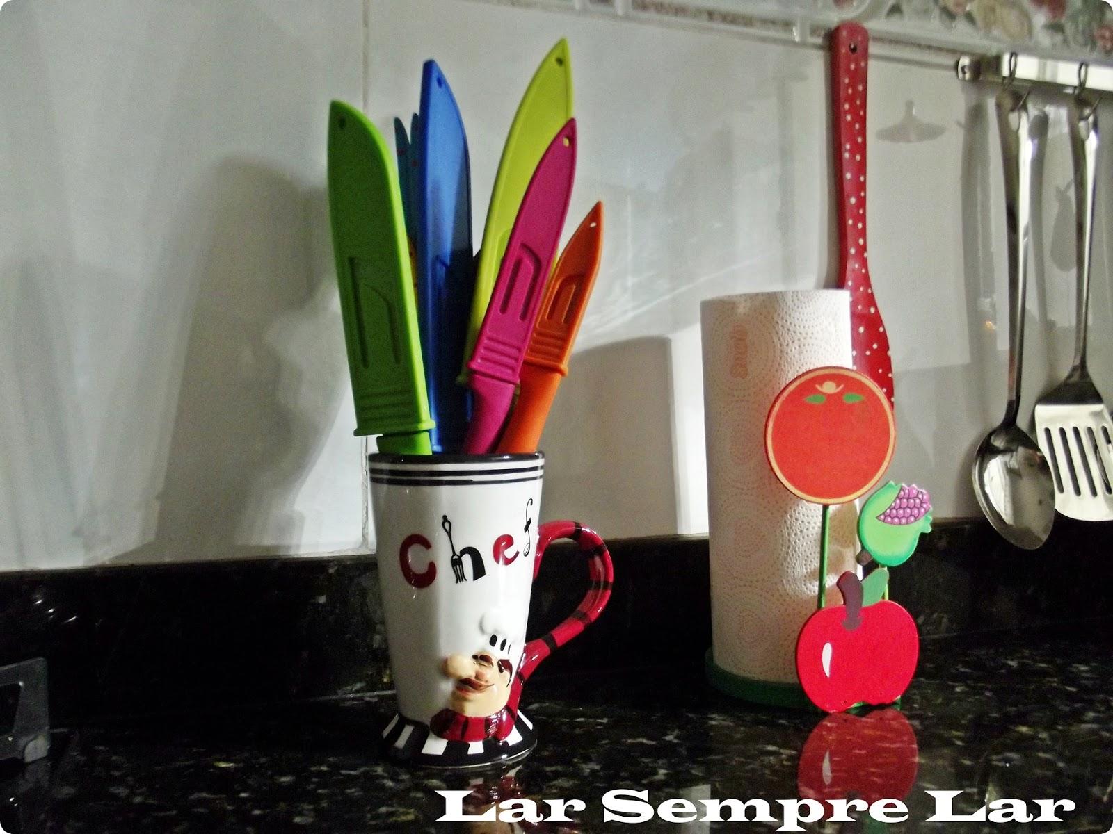 Ganhei essa xícara do meu Marido e o conjunto de facas coloridas e da