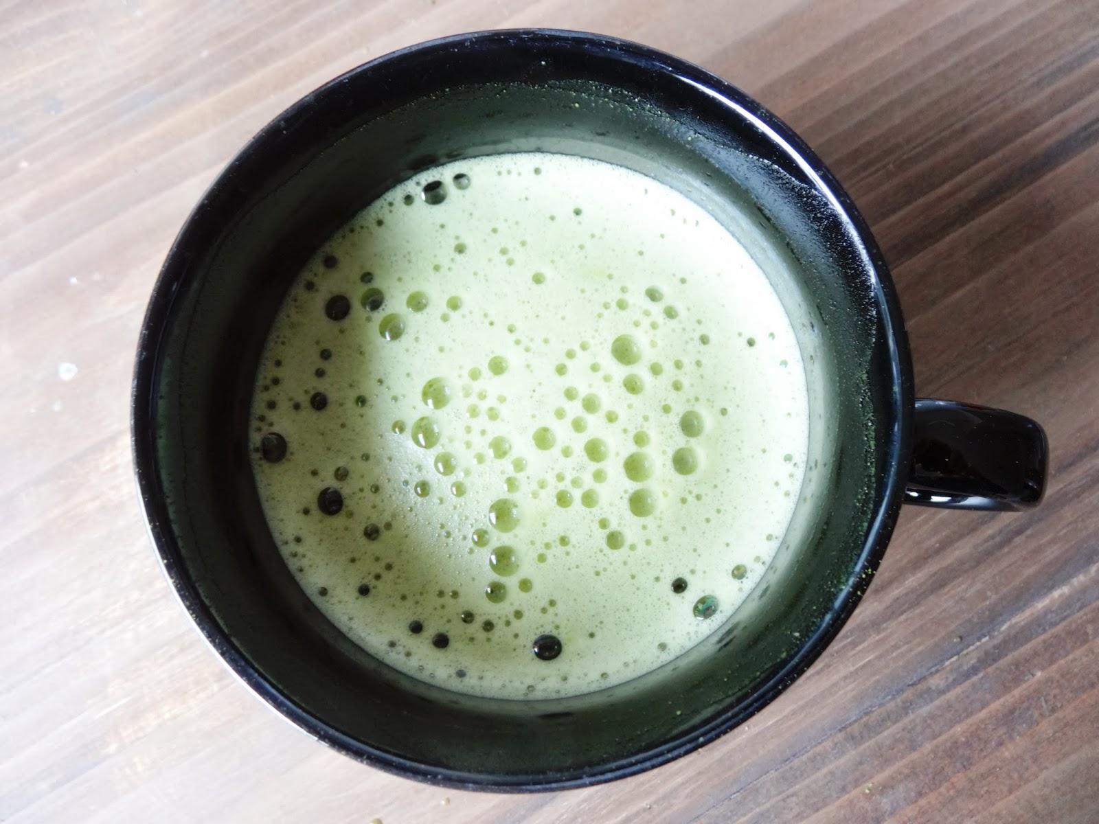 Zubereitung von Matcha-Tee mit dem Milchaufschäumer