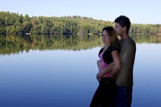 Ζευγάρι σε λίμνη
