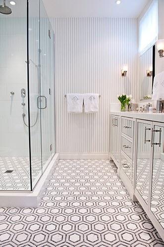 Banheiro com piso diferente banco e preto