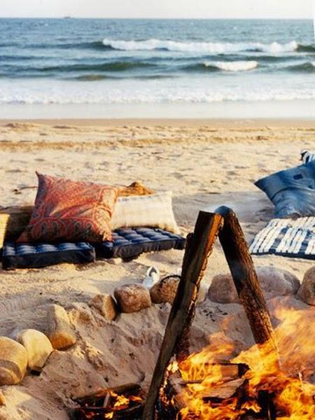 Piknik na plaży z ogniskiem i widokiem na morze