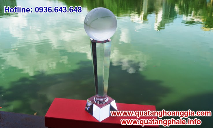 Chiếc cúp pha lê tôn vinh giải thi đấu thể thao bóng rổ hoặc bóng chuyền, chiếc cúp thiết kế với quả bóng trên cúp giống quả bóng rổ.
