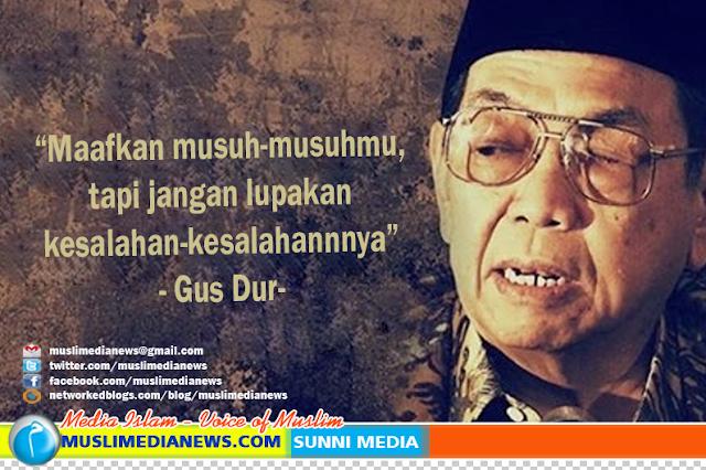 Rahasia Kedermawaan Gus Dur Diungkap Mbah Maimoen Zubair