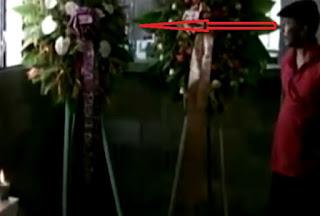 fantasma mueve flores en un velorio