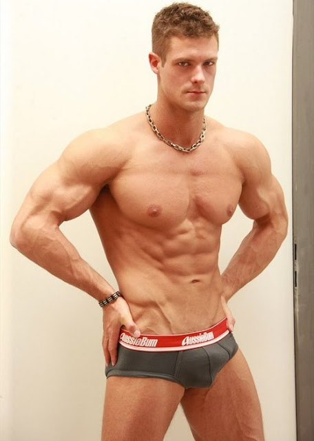 Hot muscle hunk Derek Razer