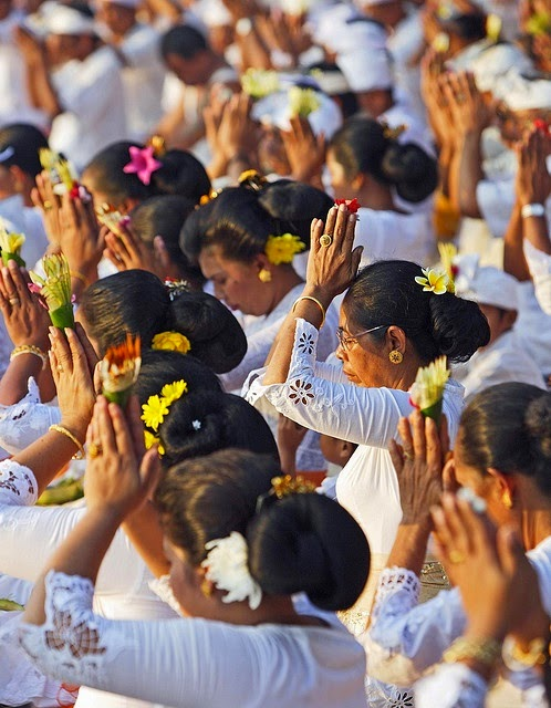 Women in Bali praying