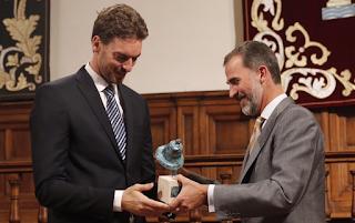 Pau Gasol recibe de manos de Don Felipe el premio Camino Real