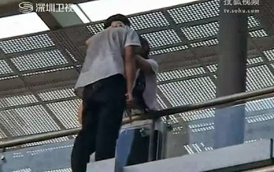 A teenage girl in China has stopped a boy from committing suicide with a simple kiss